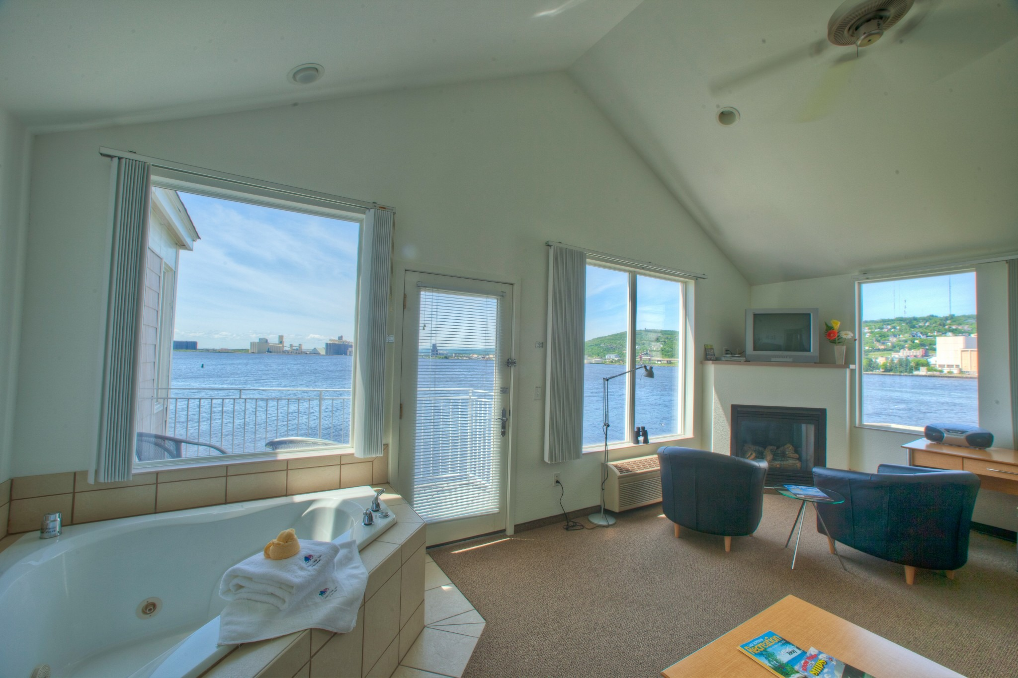 Deluxe Waterfront Suite – Harbor View King